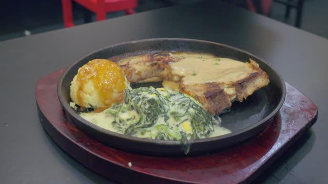 燃えるようなグリルで野菜をグリルした肉/barbecue/t-bone steak。 - マッシュポテト点の映像素材/bロール