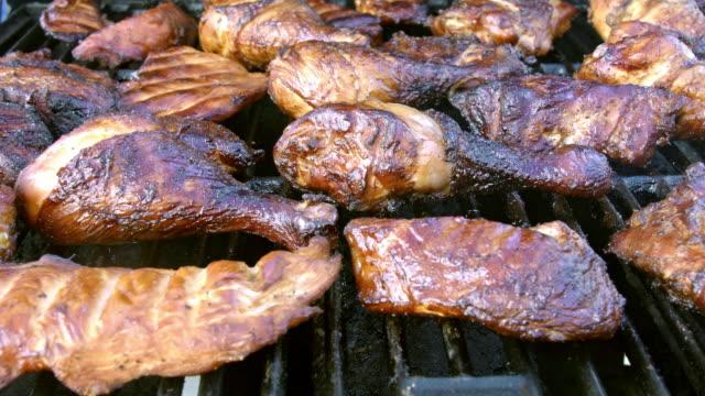 vídeos y material grabado en eventos de stock de cerdo a la parrilla y patas de pollo - muslo de pollo carne