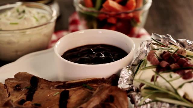 vidéos et rushes de côtelettes de porc grillées - groupe moyen d'objets