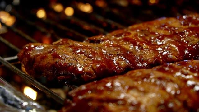 gegrillte schweinerippen auf heißem herd im restaurant. lebensmittelkonzept. - kalbfleisch stock-videos und b-roll-filmmaterial