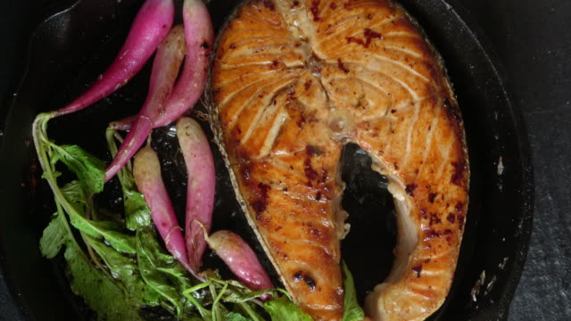 vídeos de stock e filmes b-roll de grilled salmon fillet with roasted organic radishes - marisco