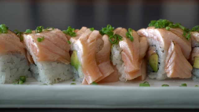 Gegrillter Lachs Sushi-Rolle