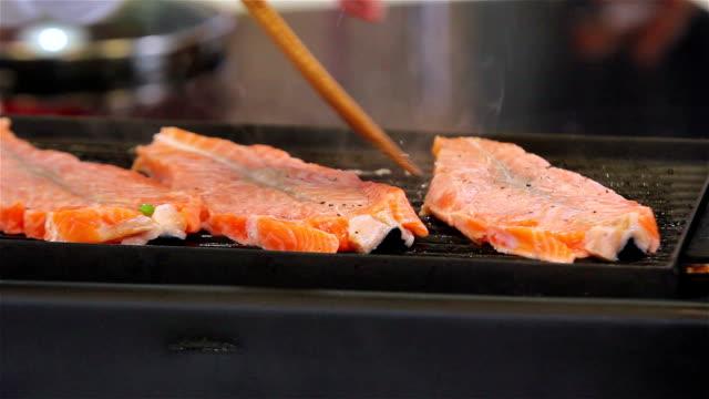 vídeos de stock, filmes e b-roll de salmão grelhado - espátula