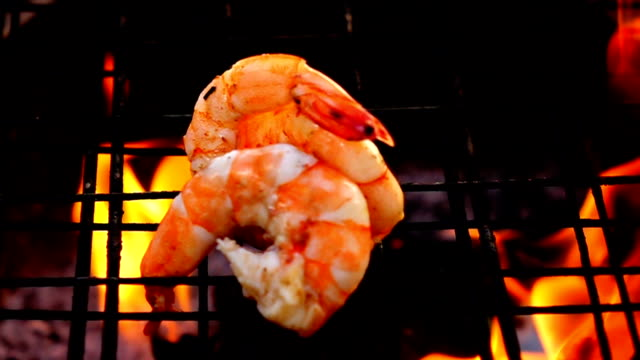 vídeos de stock e filmes b-roll de grilled shrimps in fire slow motion - camarão