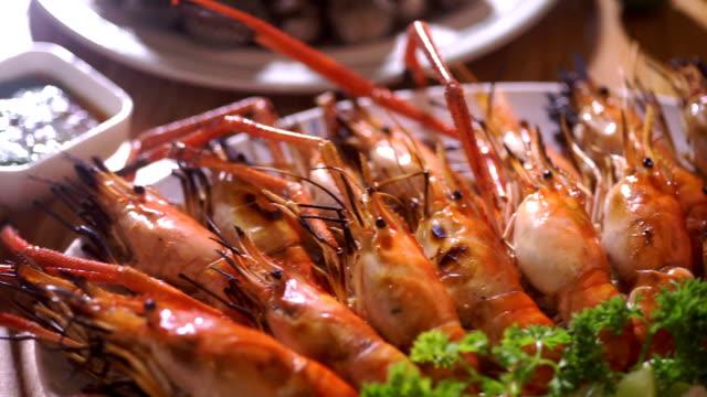 vídeos de stock, filmes e b-roll de camarão grelhado na chapa com molho de marisco picante e vegetais. - bbq sauce