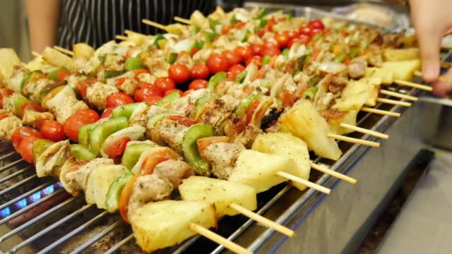 Des brochettes grillées de viande et de légumes