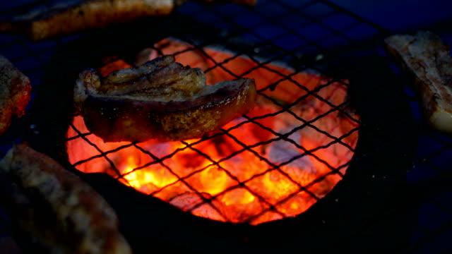 Gegrilltes Stück Schweinefleisch auf traditionellen Herd