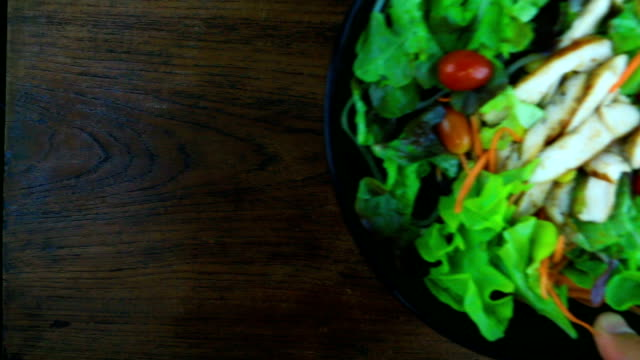 grilled slide chicken with tomato and vegetable salad. - pollo ai ferri video stock e b–roll