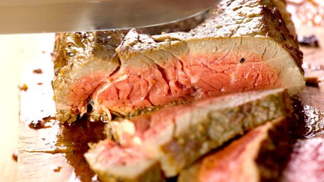 gegrilltes steaks. - scheibe portion stock-videos und b-roll-filmmaterial