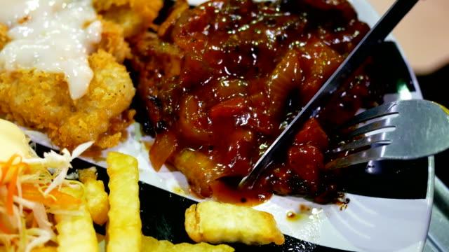 gegrilltes steak mit pommes frites oder gemüse - kalbfleisch stock-videos und b-roll-filmmaterial