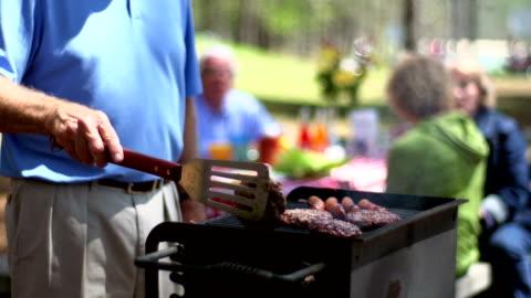 vídeos y material grabado en eventos de stock de asar hamburguesas - cocido a la parrilla