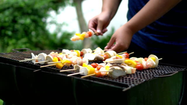 grilling meat and vegetables on barbecue - pollo alla brace video stock e b–roll