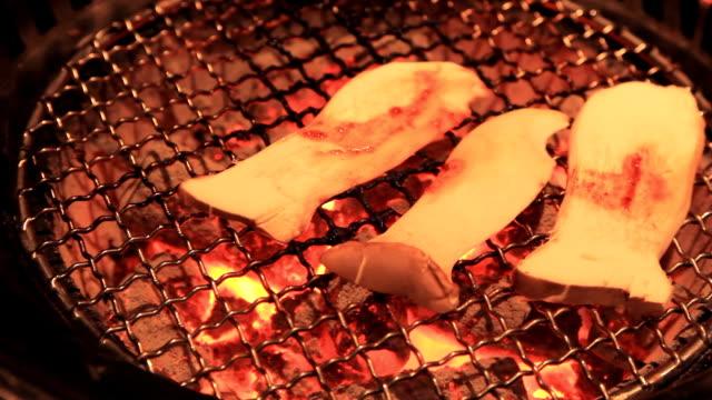 Grillen Pilz auf Feuer