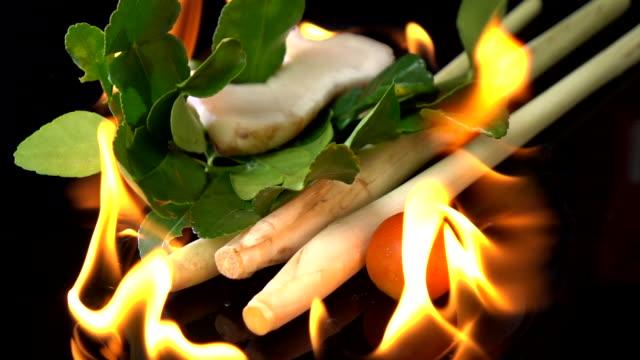タイ ハーブ トムヤム ピリ辛スープを焼く - ベルガモット点の映像素材/bロール
