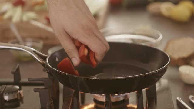 grillen und gemüse - kochgeschirr stock-videos und b-roll-filmmaterial