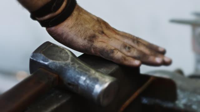 グリメイハンドラビング鍛冶屋のアンビル - craft点の映像素材/bロール