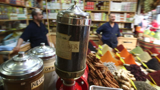 grinder in spice shop - wiese video stock e b–roll
