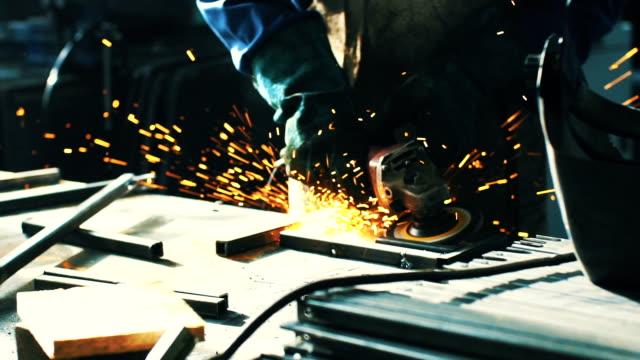 Une canne en métal poli au ralenti.