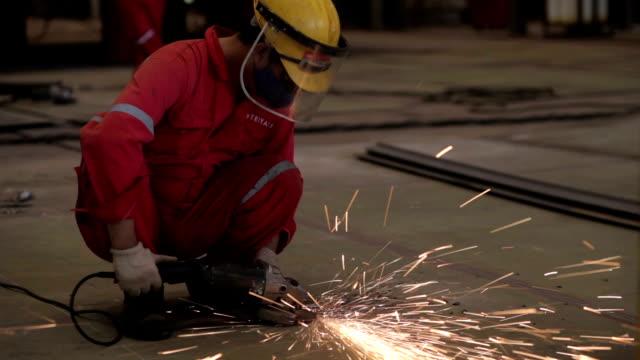 挽くと研磨金属 - 造船所の労働者点の映像素材/bロール