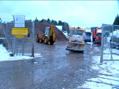 gritter lorry leaves depot scotland - baugerät stock-videos und b-roll-filmmaterial
