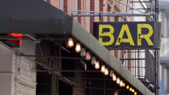 stockvideo's en b-roll-footage met gritty brooklyn bar sign - bar gebouw