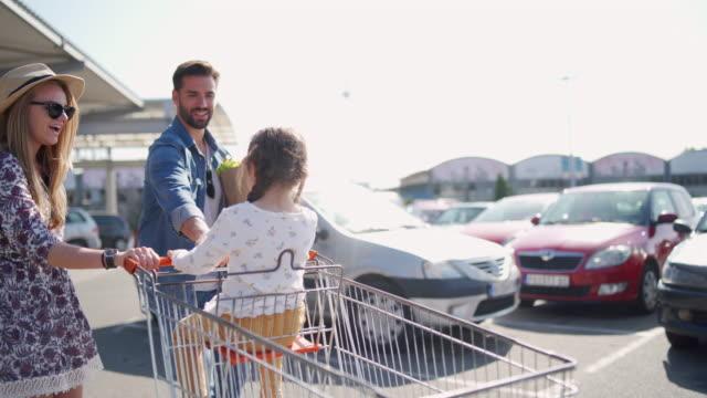 lebensmitteleinkauf? prüfen - einkaufswagen stock-videos und b-roll-filmmaterial