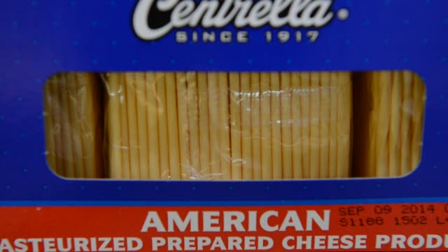 vidéos et rushes de groceries are displayed on the shelves of a grocery store in princeton illinois boxes of american cheese packets sit in a freezer aisle of a grocery... - conditionnement