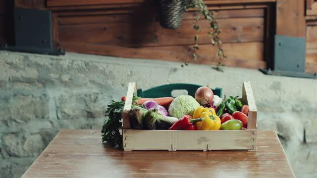 vídeos y material grabado en eventos de stock de caja de la tienda de comestibles sobre una mesa de madera - cocina estructura de edificio
