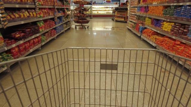 vídeos de stock, filmes e b-roll de carrinho de supermercado em um supermercado - mercado espaço de venda no varejo