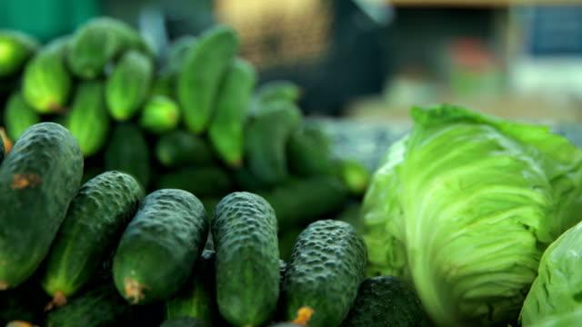 食料品市場。きゅうりとキャベツ