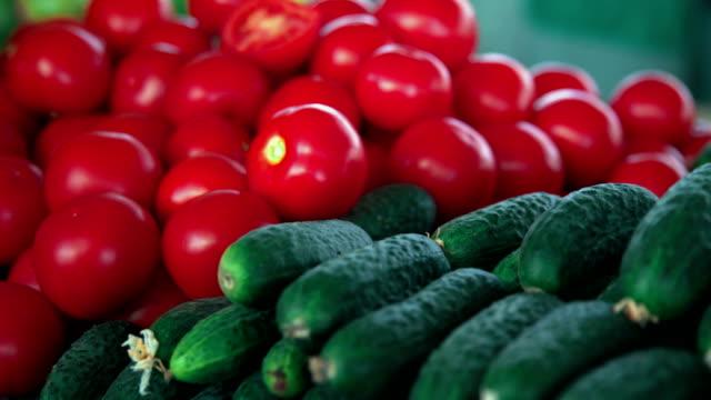 vídeos y material grabado en eventos de stock de mercado de abarrotes. montones de tomates, pepinos y calabacines - tienda de fruta y verdura