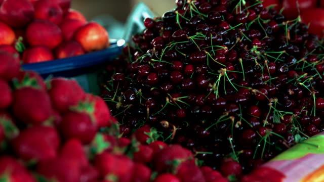 vídeos y material grabado en eventos de stock de mercado de abarrotes. fresas y cerezas - frutas del bosque