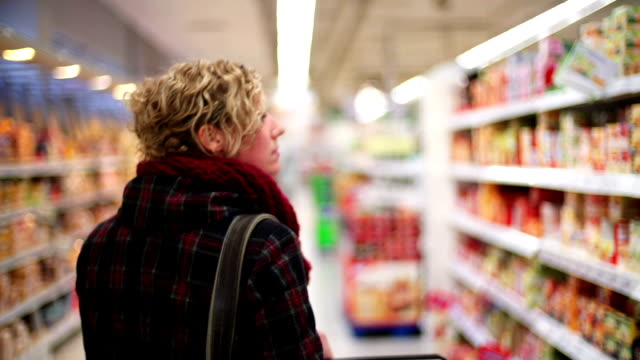stockvideo's en b-roll-footage met grocery shopping - shelf