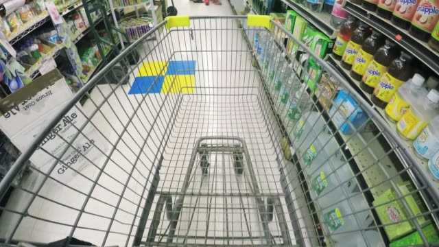 grocery shopping - pov - scaffale video stock e b–roll