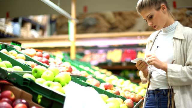 食料品ショッピング - 生鮮食品コーナー点の映像素材/bロール