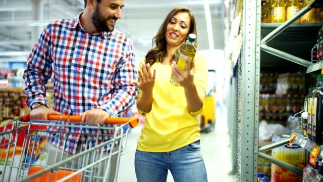 vídeos y material grabado en eventos de stock de compra de comestibles - aceite para cocinar