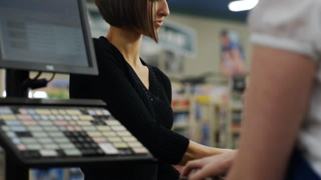 vídeos y material grabado en eventos de stock de grocery store check-out - cajero