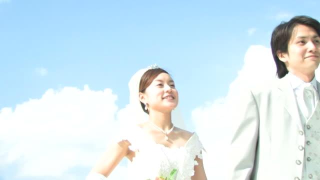 groom and bride walking hand in hand - 結婚式点の映像素材/bロール