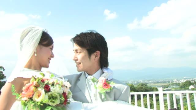 groom carrying bouquet - 結婚式点の映像素材/bロール