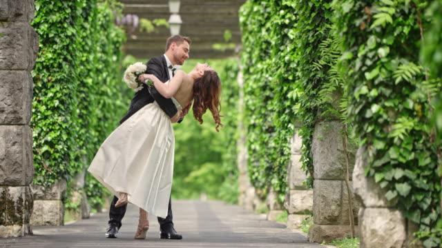 vídeos de stock, filmes e b-roll de slo mo noivo dançando com sua noiva no corredor - bride