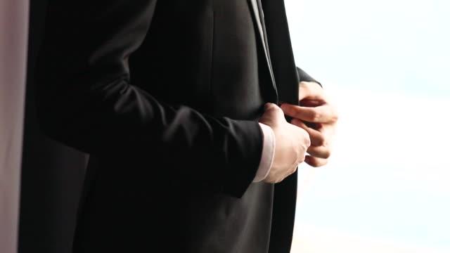 vidéos et rushes de marié se préparant pour un mariage, les affaires se préparent pour une réunion. - smoking