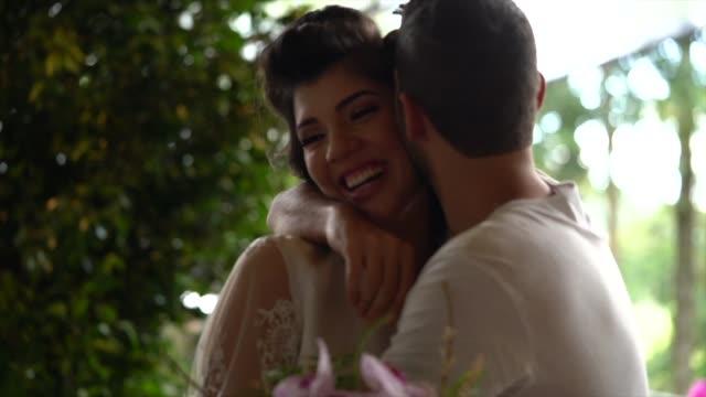 vidéos et rushes de marié faisant une surprise donnant des fleurs à la mariée avant la cérémonie de mariage - le marié