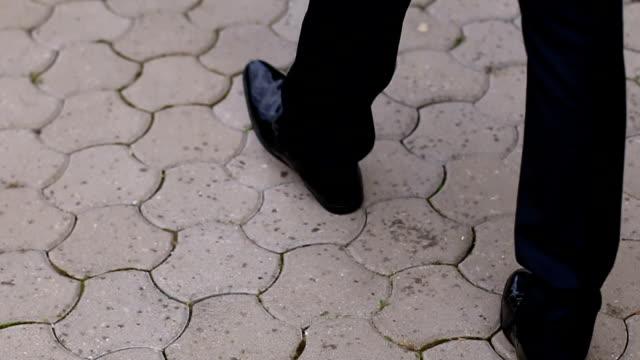 groom walking before wedding ceremony - testimone ruolo dell'uomo video stock e b–roll