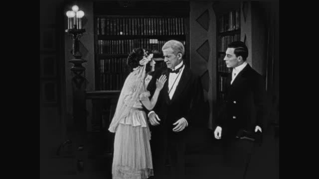 vídeos de stock e filmes b-roll de 1920 groom's (buster keaton) future father in law refuses to apologize - pai da noiva