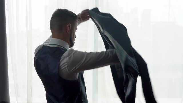 新郎の結婚式の準備 - all shirts点の映像素材/bロール