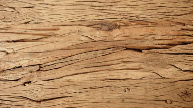 stockvideo's en b-roll-footage met gegroefd oud houten tafeloppervlak - natuurlijk patroon