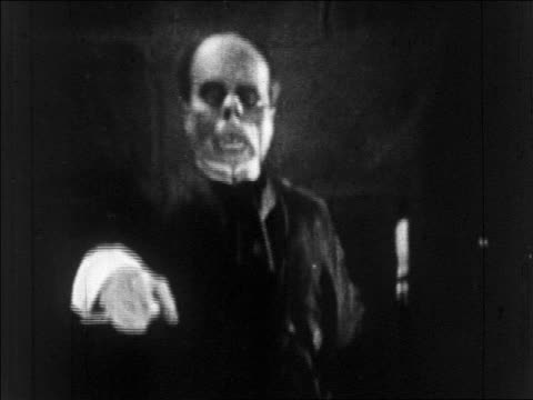 vídeos de stock, filmes e b-roll de b/w 1925 grossly disfigured man (lon chaney, sr.) pointing to camera / feature - apontando sinal manual