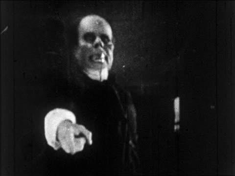 b/w 1925 grossly disfigured man (lon chaney, sr.) pointing to camera / feature - peka bildbanksvideor och videomaterial från bakom kulisserna