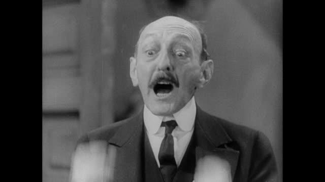 """vidéos et rushes de 1931 grouchy sheriff raises fists and shouts """"stop it!"""" - contestant"""