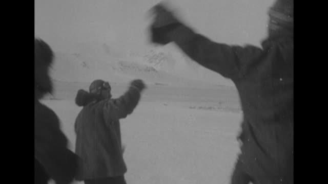 ground crew and others, including explorer roald amundsen, gleefully greet aviators richard e. byrd and floyd bennett as they deplane from the... - nordpolen bildbanksvideor och videomaterial från bakom kulisserna